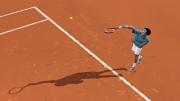 Top Spin 4: Screenshot zeigt Roger Federer beim Aufschlag.